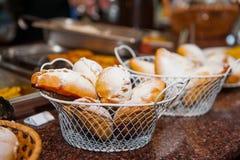 关闭与新近地被烘烤的酥皮点心物品的篮子在显示在面包店商店 选择聚焦 免版税库存照片