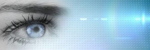 关闭与明亮的蓝色虹膜和蓝色聪明的技术转折的灰度的眼睛 库存照片