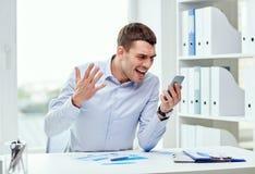 关闭与智能手机的商人 免版税图库摄影
