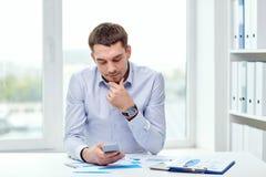 关闭与智能手机的商人 免版税库存图片