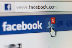 关闭与朋友请求的facebook页 库存照片