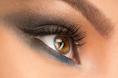 关闭与构成的美丽的女性眼睛 免版税库存照片