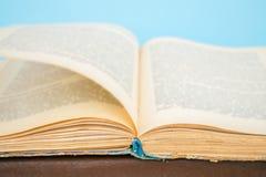 关闭与模糊的文本的被打开的葡萄酒书页 库存图片