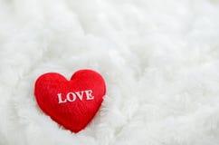 关闭与白色爱样式的红色心脏在白色毛茸的bac 库存照片