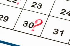 关闭与红色圈子的一个日期30在mo的日历结尾 库存图片