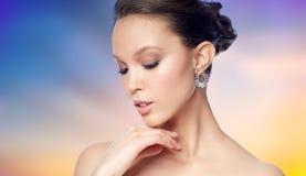 关闭与耳环的美丽的妇女面孔 免版税库存图片