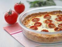 关闭与菜和乳酪的土气乳蛋糕饼 传统乳蛋饼酥皮点心 库存图片