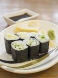 关闭与蛋卷心脏形状的便宜的寿司 库存图片