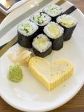 关闭与蛋卷心脏形状的便宜的寿司 免版税图库摄影