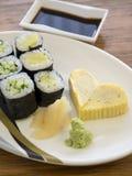 关闭与蛋卷心脏形状的便宜的寿司 免版税库存图片