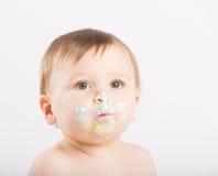 关闭与蛋糕结冰的婴孩面孔 免版税库存照片