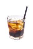 关闭与被冰的酒精鸡尾酒的玻璃用威士忌酒和可乐 免版税库存照片
