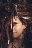关闭与被缠结的Dreadlocks头发的女性面孔 库存图片