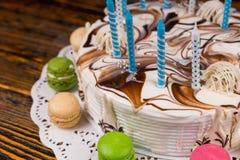关闭与许多的生日蛋糕蜡烛在另外co附近 库存照片
