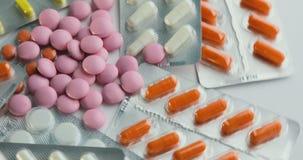 关闭与转动的药片 使药片服麻醉剂 包裹特写镜头视图与医疗药片的 医学、药片和片剂 股票视频