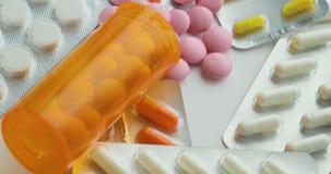 关闭与转动的药片 使药片服麻醉剂 医学、药片和片剂有天线罩包装转动的 特写镜头视图  股票录像