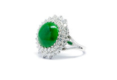 关闭与金刚石的绿色玉和被隔绝的金戒指 免版税库存照片