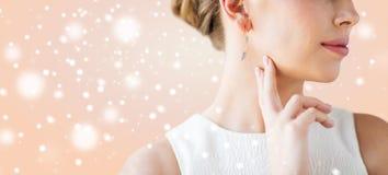 关闭与金耳环的美丽的妇女面孔 库存图片