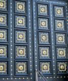 关闭与金黄装饰品的豪华设计门 免版税库存图片