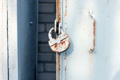 关闭与锁,脏的样式的金属门 行业背景 库存照片