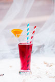 关闭与长的秸杆的红色凉快的刷新的夏天饮料 库存图片