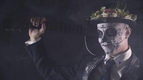 关闭与面孔油漆的墨西哥流浪乐队从死亡圣神和吉他,4k 影视素材
