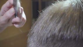 关闭与飞剪机的人理发在理发店 理发人理发店 人美发师 的细长立柱 理发师裁减 影视素材
