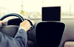 关闭与驾驶汽车的片剂个人计算机的商人 免版税库存照片