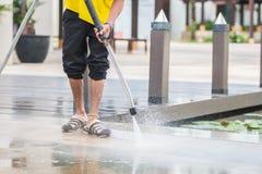 关闭与高压喷水的室外地板清洁 免版税库存图片