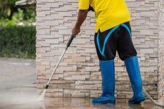 关闭与高压喷水的室外地板清洁 免版税库存照片