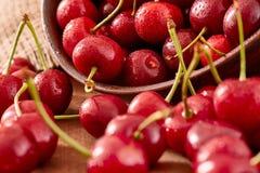 关闭与水下落的新鲜的樱桃莓果 免版税库存照片