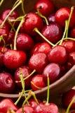 关闭与水下落的新鲜的樱桃莓果 免版税库存图片