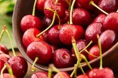 关闭与水下落的新鲜的樱桃莓果 库存照片