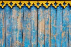 关闭与黄色毗邻的蓝色木篱芭盘区 免版税库存图片