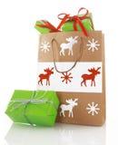 关闭与绿色礼物盒的圣诞节纸袋 库存照片