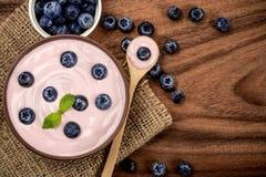 关闭与fre的桃红色乳脂状的自创蓝莓水果酸牛奶 库存图片