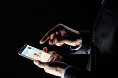 关闭与gps的商人映射在智能手机 免版税库存图片