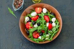 关闭与rucola,蕃茄樱桃,橄榄, sp的新鲜的沙拉 免版税库存照片