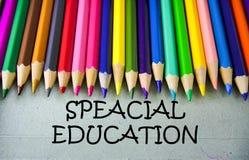 关闭与SPEACIAL教育的色的铅笔文字 登记概念教育查出的老 库存照片