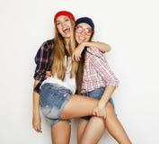 关闭两个相当青少年的女朋友smili生活方式画象  库存照片