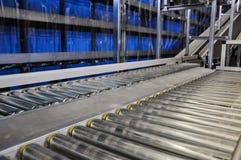关闭两台辊筒运输机射击在一个橱柜式立体仓库里在德国 免版税库存照片