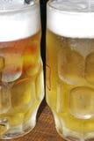 关闭两杯冰冷的啤酒 概念夏天 免版税库存照片