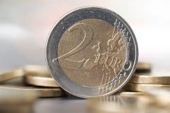 关闭两欧元硬币 库存图片