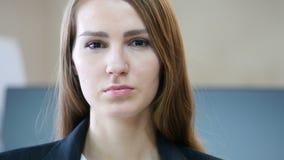 关闭严肃的妇女面孔在办公室 股票视频