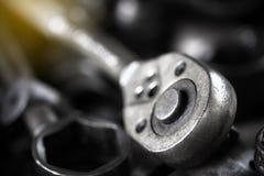 关闭为修理汽车的老肮脏的套筒扳手工具 免版税库存图片