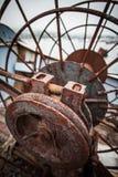 关闭举的船锚的生锈的机制在被放弃的小船顶视图 免版税图库摄影