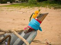 关闭乌贼渔船头在多云早晨天,与花和香幸运的 免版税库存照片
