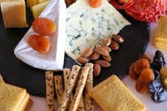 关闭乳酪盛肉盘用果子 免版税库存图片