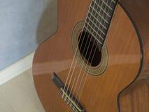 关闭于串集中的西班牙声学吉他身体  免版税库存图片