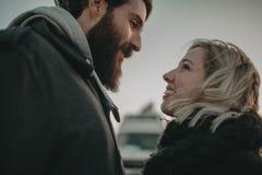 关闭互相看在爱的眼睛的白肤金发的妇女和有胡子的人画象  库存照片